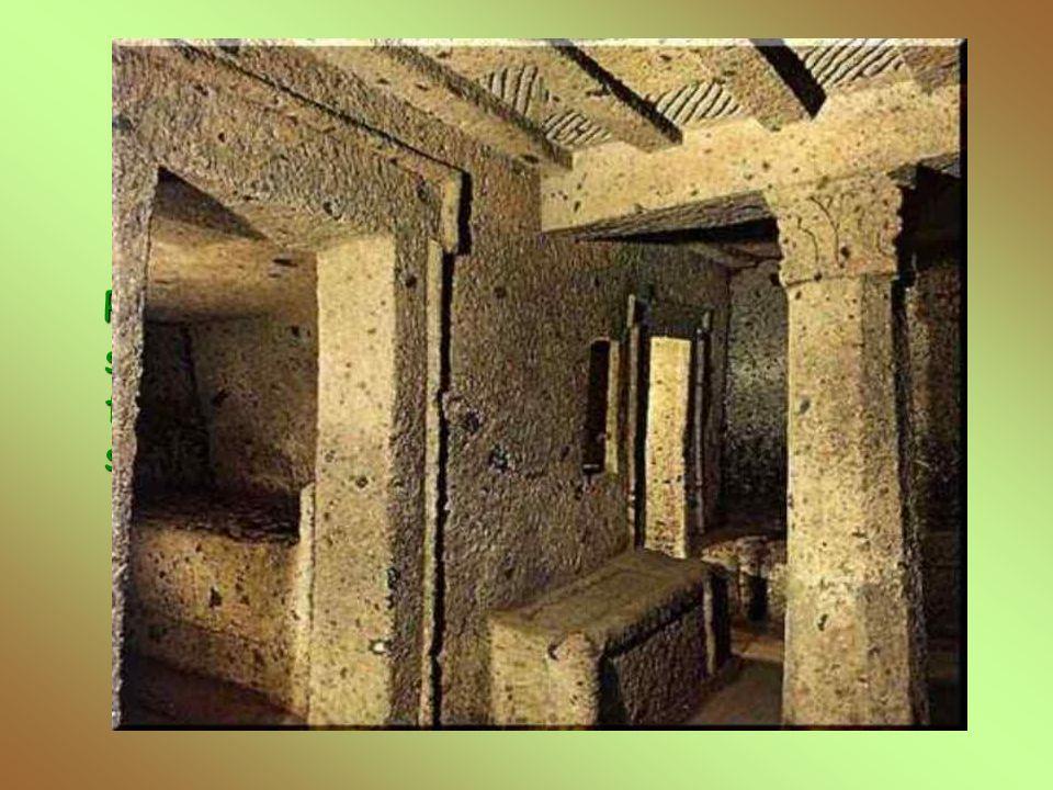 Tomba dei Capitelli Presenta la camera principale coperta da un soffitto a telaio; due pilastri con capitelli fungono da sostegno. Intorno alla camera