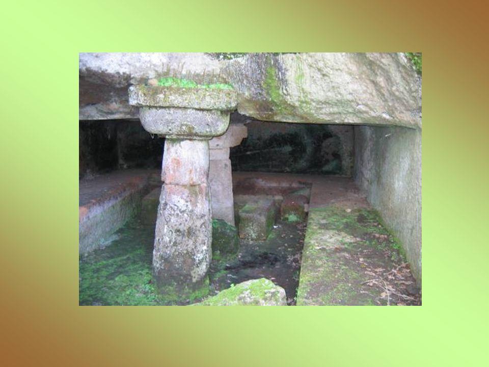 Lungo la via sepolcrale abbiamo incontrato un insieme di contenitori in tufo chiamati ziri, che ospitavano i vasi biconici contenenti le ceneri dei defunti