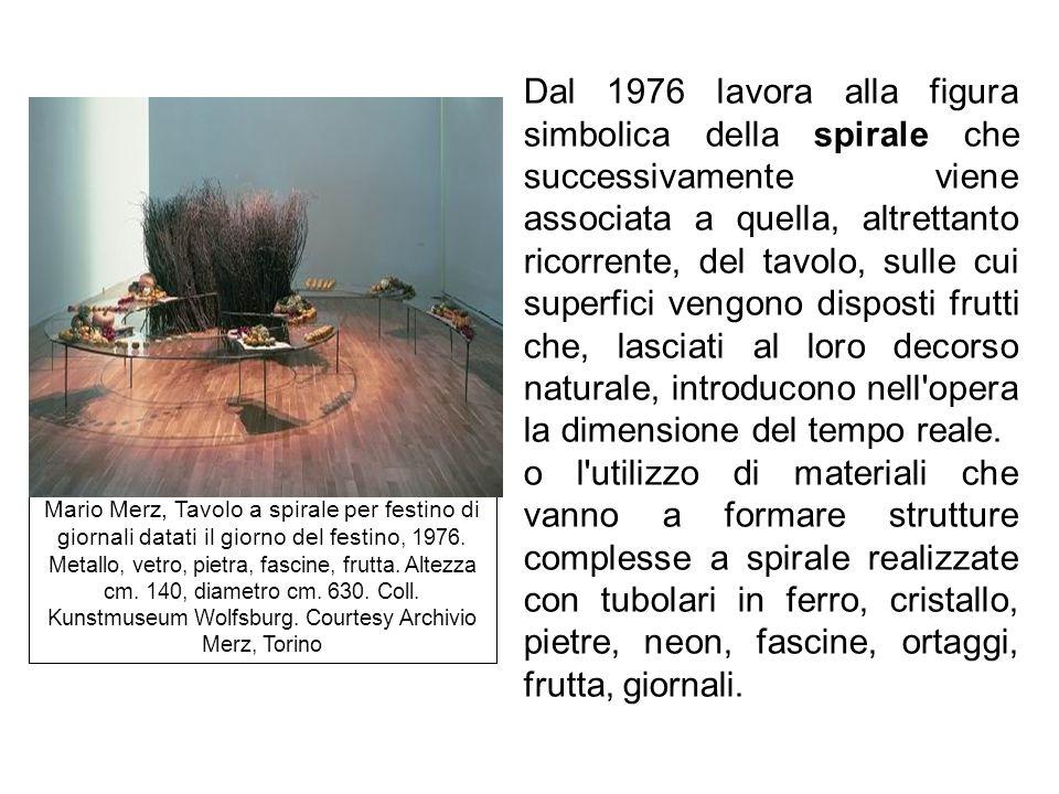 Dal 1976 lavora alla figura simbolica della spirale che successivamente viene associata a quella, altrettanto ricorrente, del tavolo, sulle cui superf