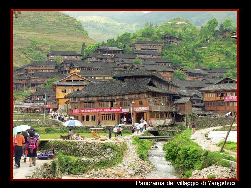 Yangshuo E' poco più di un villaggio. Sorge al centro di una zona collinare d'origine calcarea. E' la base ideale per gli spostamenti in bicicletta in
