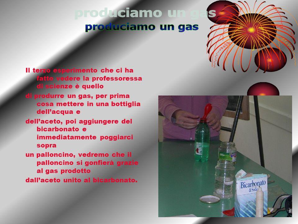 Il terzo esperimento che ci ha fatto vedere la professoressa di scienze è quello di produrre un gas, per prima cosa mettere in una bottiglia dellacqua