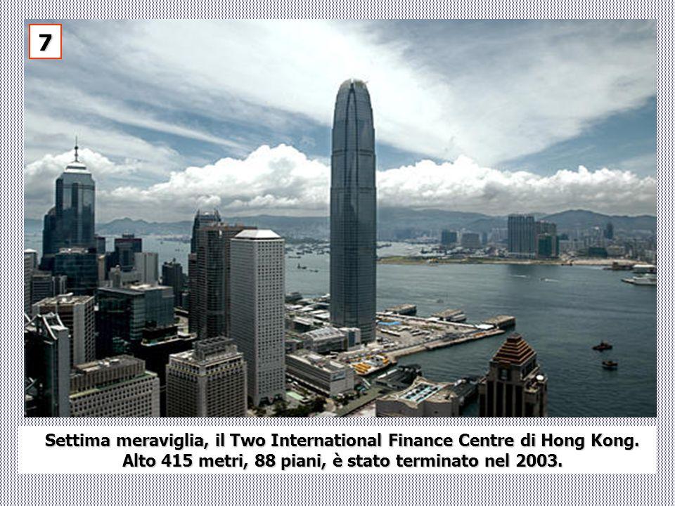 Settima meraviglia, il Two International Finance Centre di Hong Kong. Alto 415 metri, 88 piani, è stato terminato nel 2003. 7