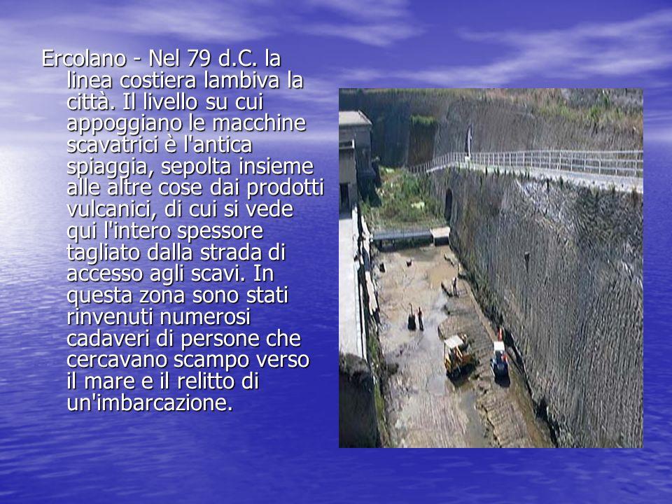 Ercolano - Nel 79 d.C. la linea costiera lambiva la città. Il livello su cui appoggiano le macchine scavatrici è l'antica spiaggia, sepolta insieme al
