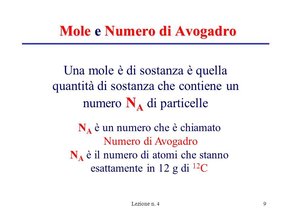 Lezione n. 49 Mole e Numero di Avogadro N A Una mole è di sostanza è quella quantità di sostanza che contiene un numero N A di particelle N A N A è un