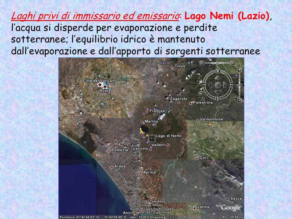 Laghi privi di immissario ed emissario: Lago Nemi (Lazio), lacqua si disperde per evaporazione e perdite sotterranee; lequilibrio idrico è mantenuto d