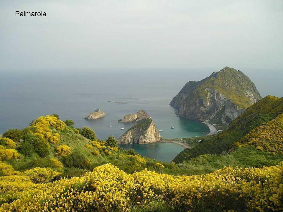 Palmarola si trova a circa 10 km ad ovest di Ponza ed è la seconda isola per grandezza dell'arcipelago ponziano. Chiamata anche