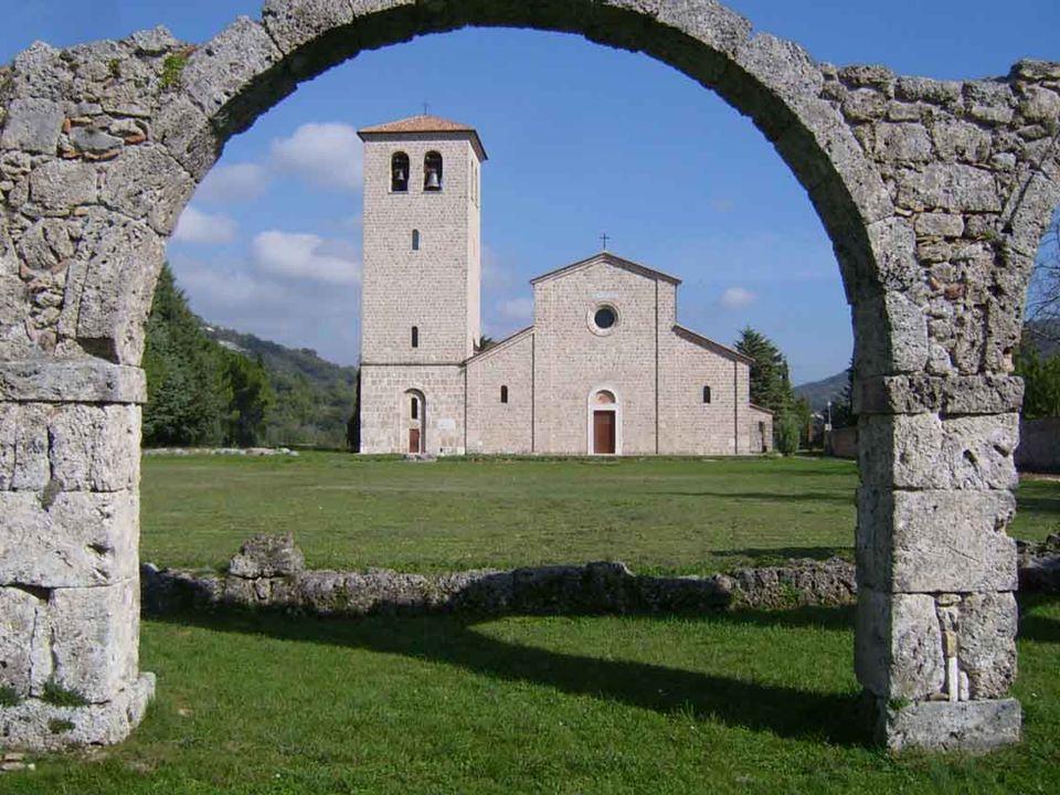 Ella aggiunse che dovevo esortare i sacerdoti perché facessero costruire là una cappella.