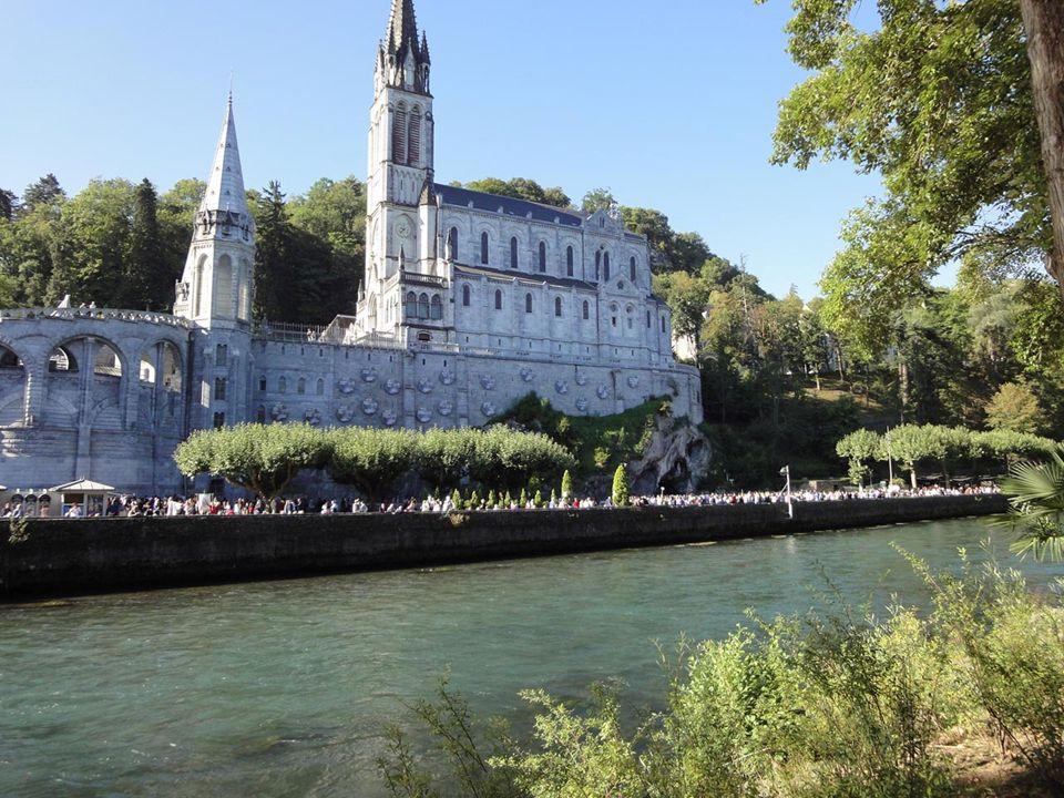 Venire a Lourdes significa incontrarsi con lacqua che qui è abbondante sia dal cielo con la pioggia, sia nel fiume Gave che scorre ai piedi della Grot
