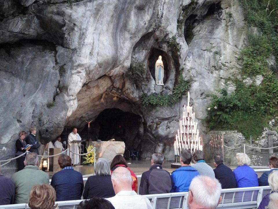 Così ogni fedele recandosi a Lourdes lascia trasparire dal suo cuore il desiderio di vivere nella libertà dei figli di Dio contemplando il sì di Maria
