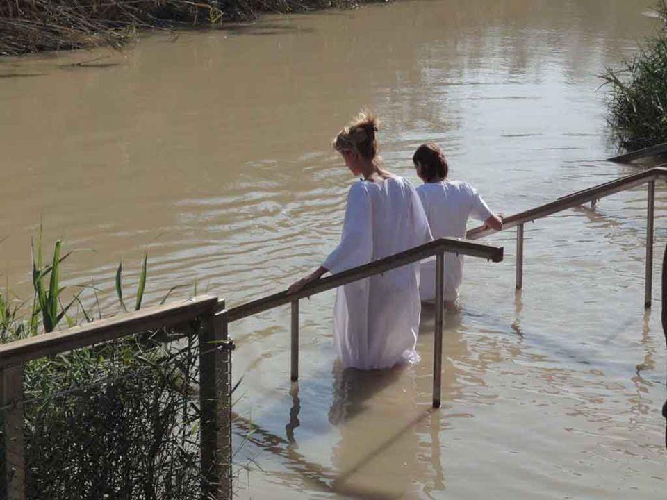 Scendere nel fiume e lasciarsi immergere dallacqua diventava il segno penitenziale che annegava il mondo del peccato e, riemergendo, accoglieva la nuo