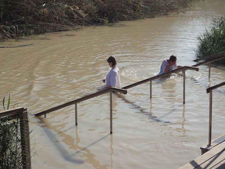 Anche Gesù si è messo in fila con i peccatori ed è andato da Giovanni per essere battezzato, ma scendendo nel fiume, Giovanni ha visto aprirsi su di l
