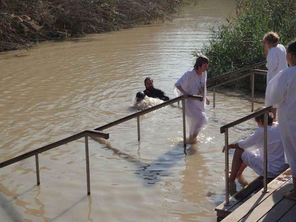 Gesù non rifiuta il battesimo di Giovanni perché è venuto per portare a compimento la giustizia del Padre che vuole che attraverso il battesimo di Gio