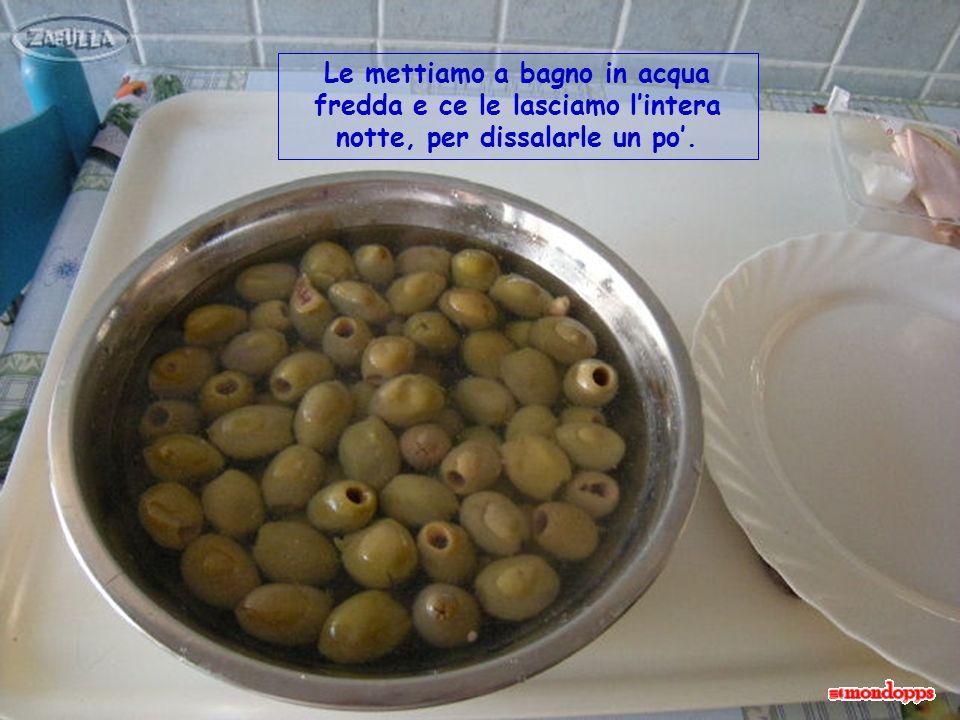 Vediamo in dettaglio i vari ingredienti : scegliamo innanzitutto olive verdi in salamoia, grandi, possibilmente ascolane.