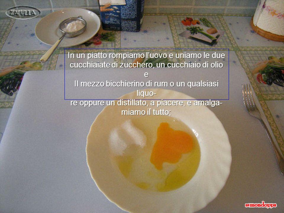 Ingredienti: 1 uovo 2 cucchiai di zucchero mezzo bicchierino di Rum 1 cucchiaio di olio di oliva 1 cucchiaino da caffè di lievito per dolci Farina zucchero al velo olio per friggere