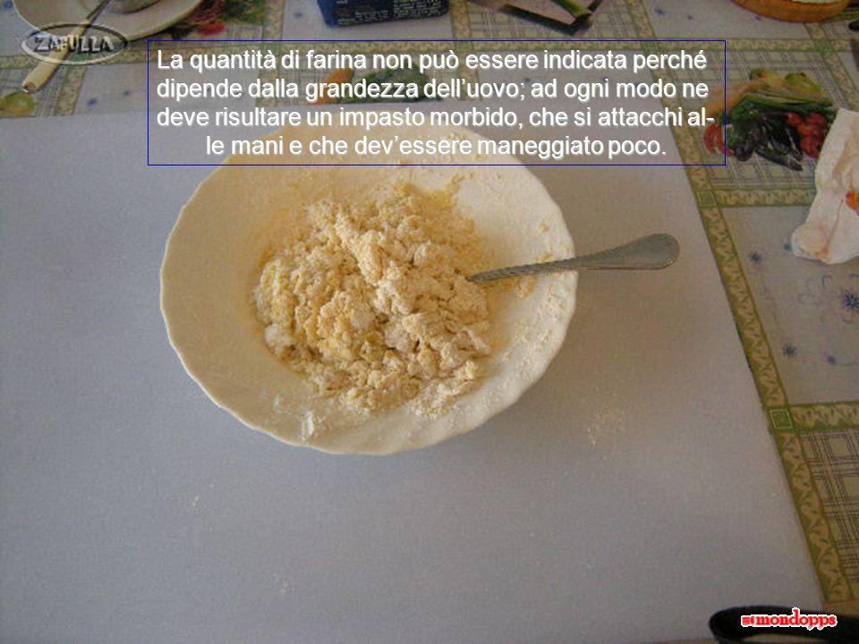 Poi aggiungiamo la farina, come vedete qui e un cucchiaino raso, da caffè, di lievito in polvere per dolci; amalgamiamo per bene.