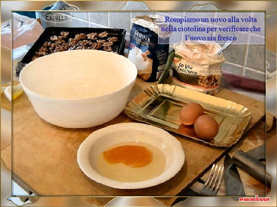 Rompiamo un uovo alla volta nella ciotolina per verificare che luovo sia fresco