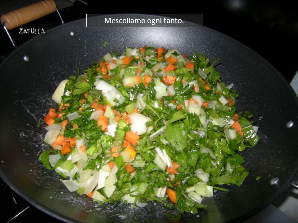 Mettiamo il coperchio, per aiutare lazione del sale che, insieme al calore (fuoco medio), spremerà lacqua di vegetazione dalle verdure.