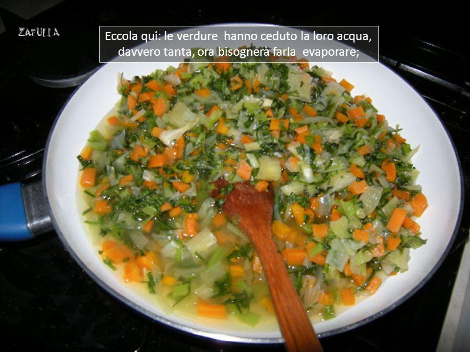 Ora che le verdure si sono notevolmente ridotte, cambio padella, ne basta una più piccola, più agevole.
