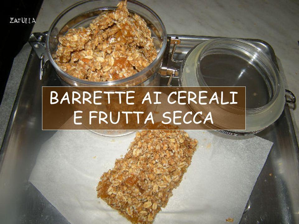 Qui ai fiocchi di cereali misti sono state aggiunte noci, mandorle, prugne secche, uvetta sultanina, datteri, mirtilli rossi essiccati.