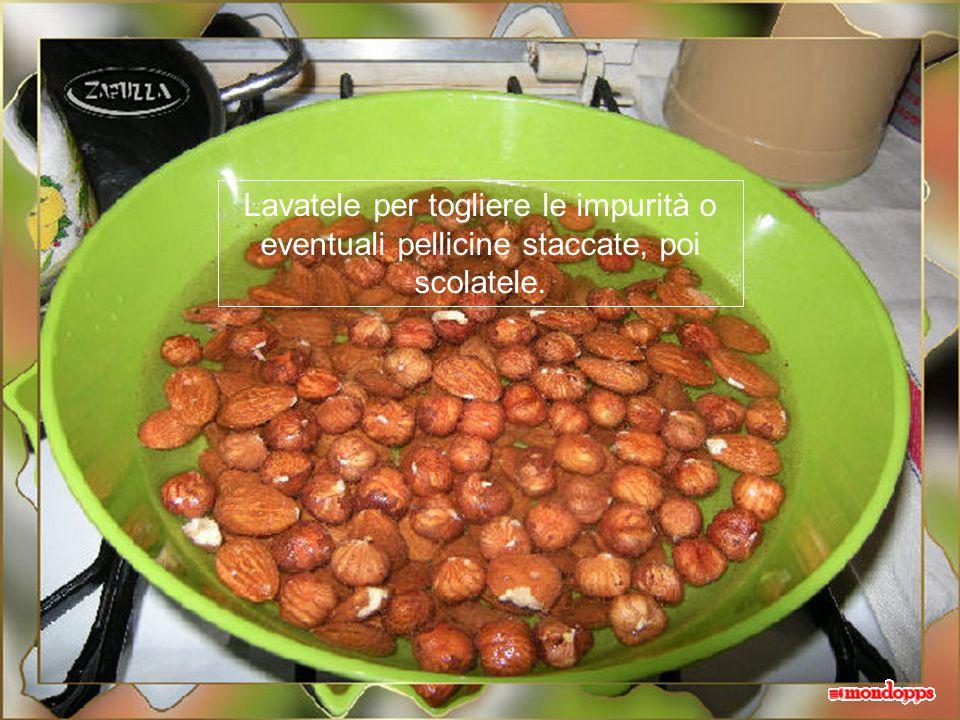 Mettete mandorle e nocciole in una terrina o una insalatiera