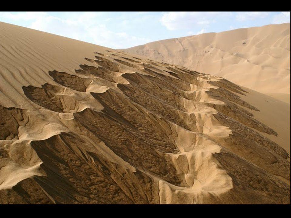 Il deserto Badain Jaran si trova al nord della Cina, nella Regione Autonoma della Mongolia Interna. Il deserto, possiede una caratteristica unica: vi