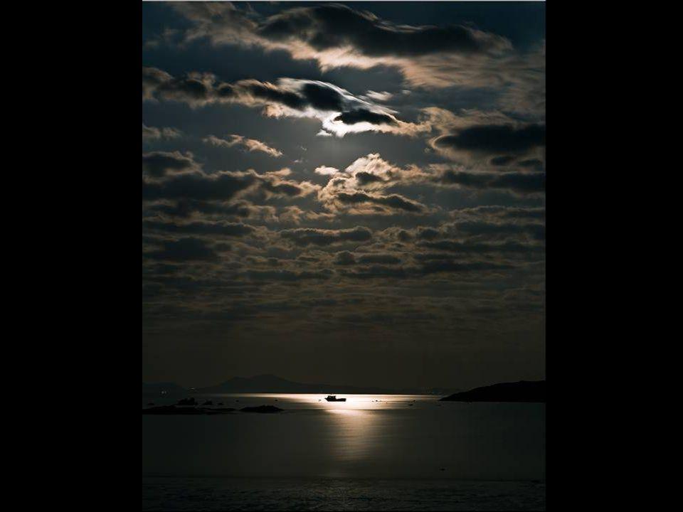 La luna è triste stasera vaga nel cielo quanto dolore vede nel mondo La luna si ferma un istante ascolta, non sorride tace vorrebbe dare ad ogni cuore