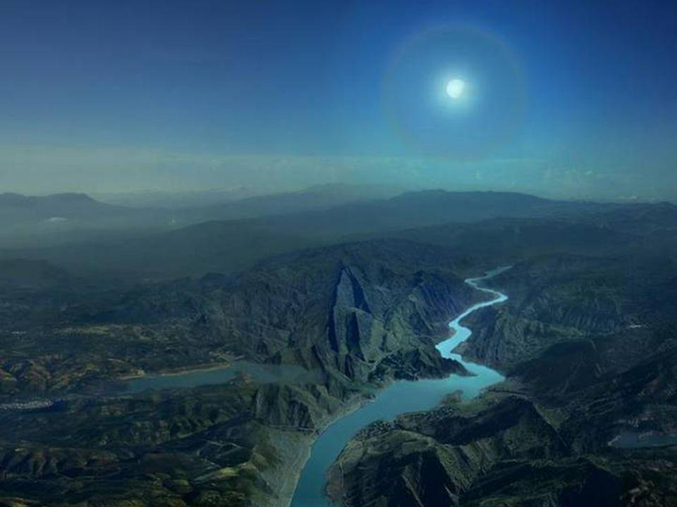 Tra i pini scuri si srotola il vento.Brilla fosforescente la luna su acque erranti.