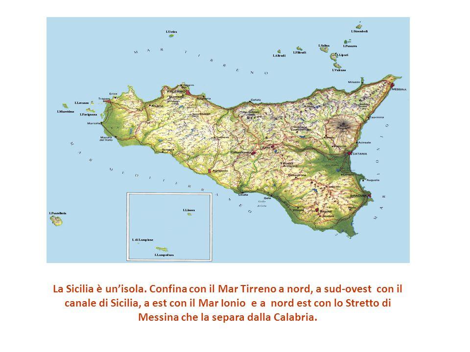La Sicilia è unisola. Confina con il Mar Tirreno a nord, a sud-ovest con il canale di Sicilia, a est con il Mar Ionio e a nord est con lo Stretto di M