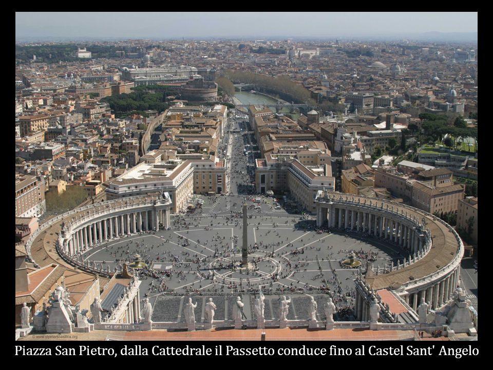Piazza San Pietro, dalla Cattedrale il Passetto conduce fino al Castel Sant Angelo