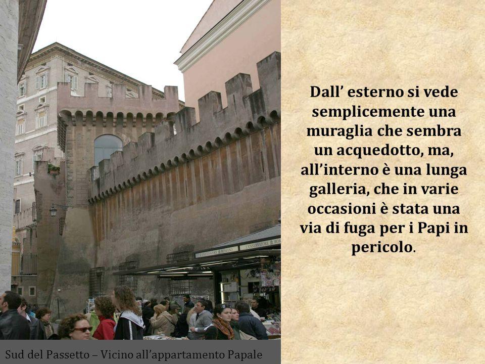 Dall esterno si vede semplicemente una muraglia che sembra un acquedotto, ma, allinterno è una lunga galleria, che in varie occasioni è stata una via di fuga per i Papi in pericolo.