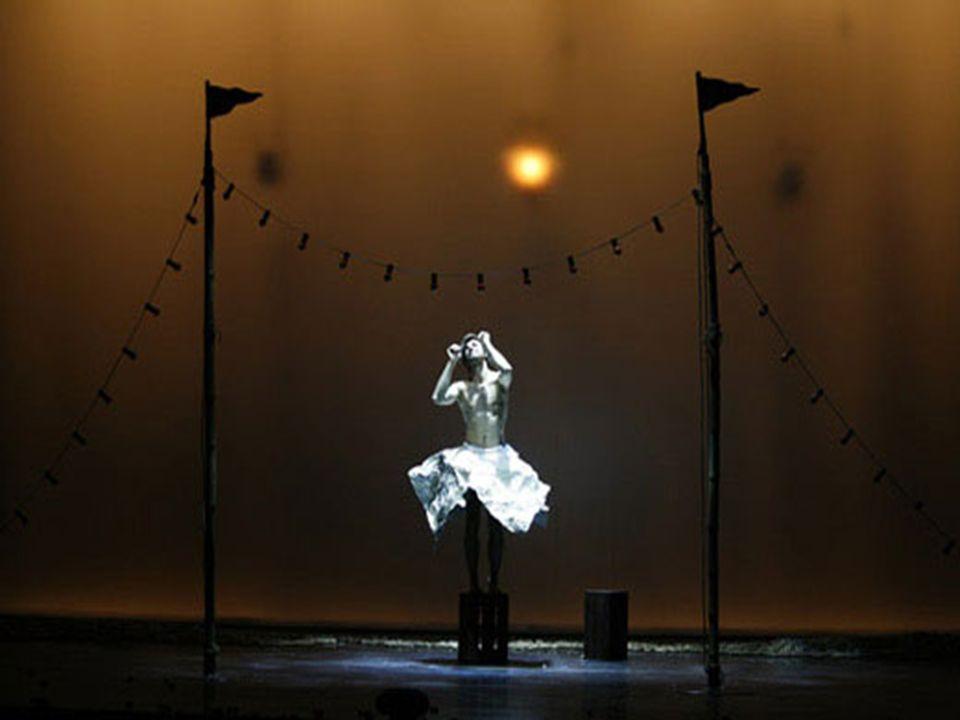 La magia del teatro e del circo. Daniele Finzi Pasca, che ha scritto e diretto lopera, affronta un viaggio malinconico di felliniana impostazione. Nel