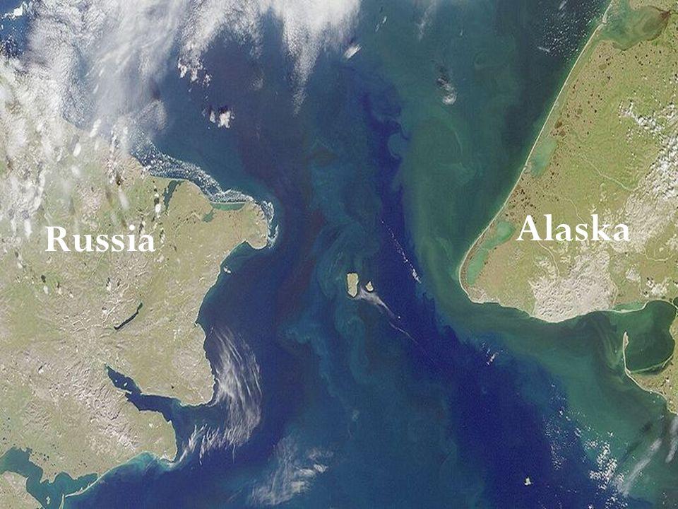 Divide l'Alaska dalla Russia, e quindi LAmerica dal continente eurasiatico. È largo circa 85 chilometri, con una profondità compresa tra 30 e 50 metri
