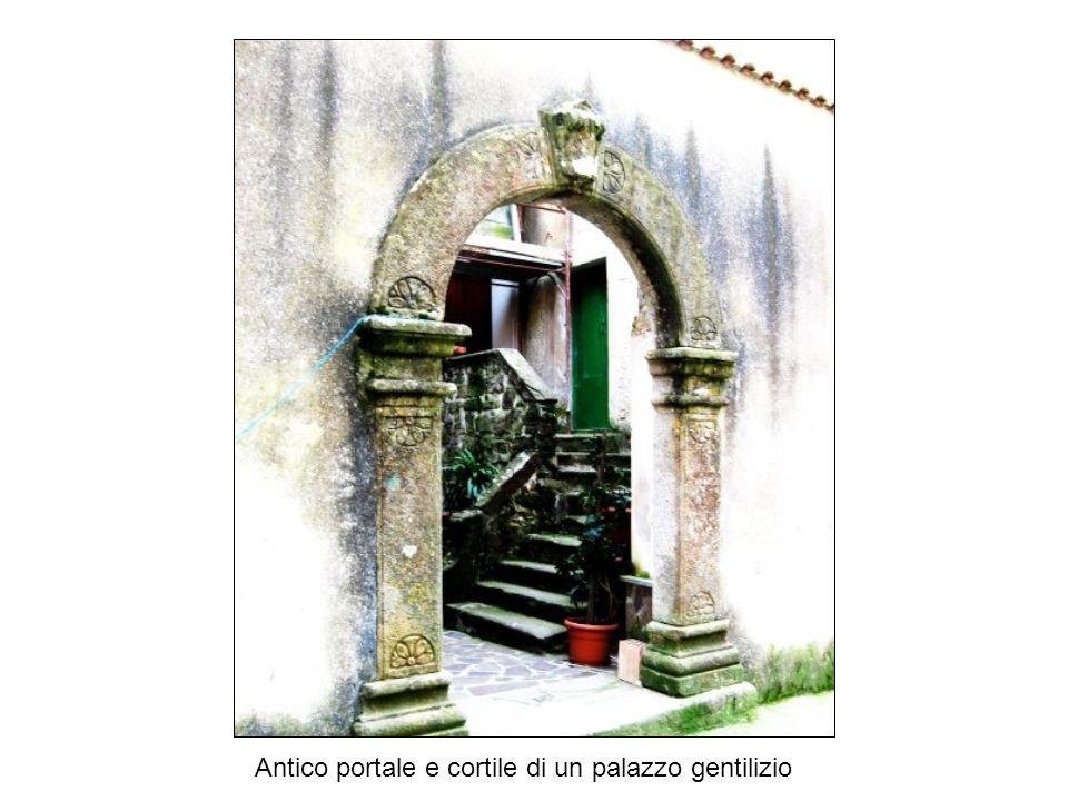 Antico portale e cortile di un palazzo gentilizio