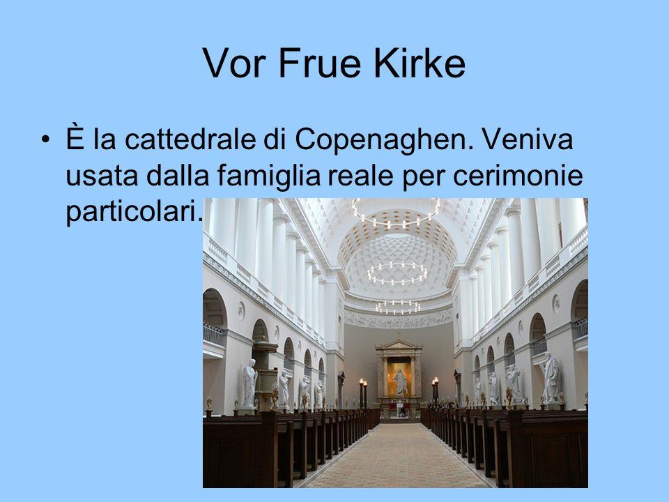 Vor Frelsers Kirke È una chiesa in stile barocco con un grande campanile.
