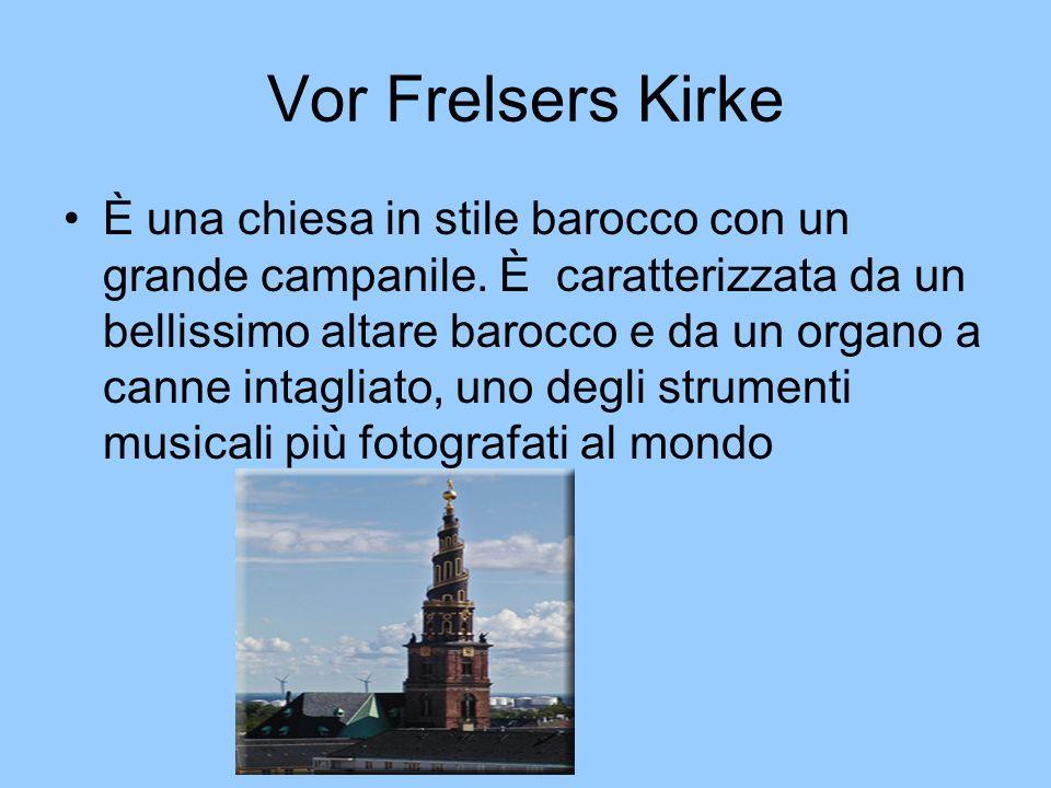 Vor Frelsers Kirke È una chiesa in stile barocco con un grande campanile. È caratterizzata da un bellissimo altare barocco e da un organo a canne inta