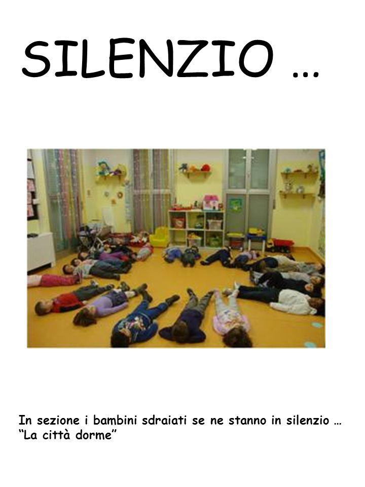 SILENZIO … In sezione i bambini sdraiati se ne stanno in silenzio … La città dorme