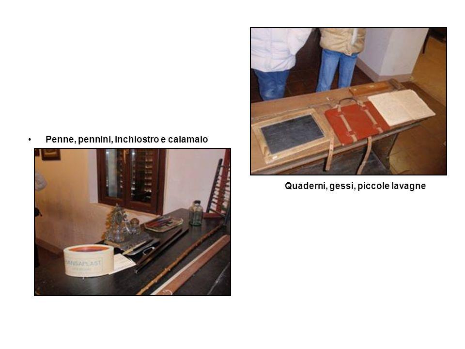 Penne, pennini, inchiostro e calamaio Quaderni, gessi, piccole lavagne