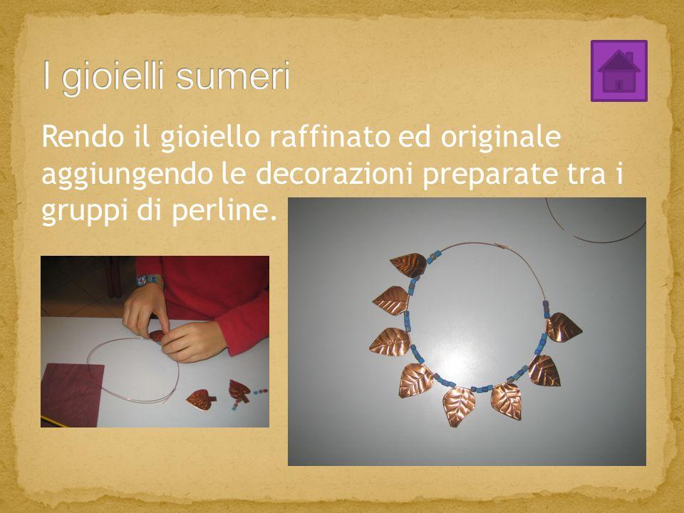 Rendo il gioiello raffinato ed originale aggiungendo le decorazioni preparate tra i gruppi di perline.