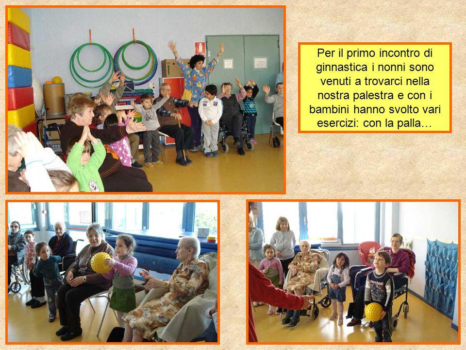 Per il primo incontro di ginnastica i nonni sono venuti a trovarci nella nostra palestra e con i bambini hanno svolto vari esercizi: con la palla…