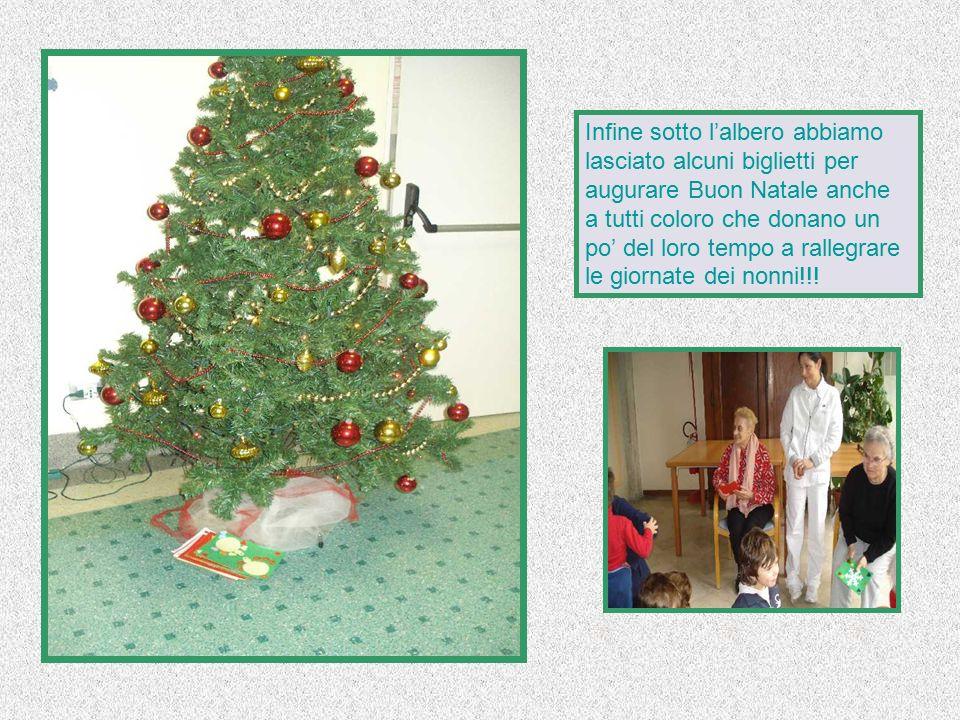 Infine sotto l'albero abbiamo lasciato alcuni biglietti per augurare Buon Natale anche a tutti coloro che donano un po' del loro tempo a rallegrare le