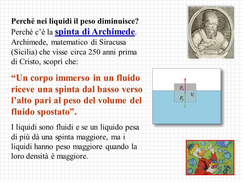 Perché nei liquidi il peso diminuisce. Perché c'è la spinta di Archimede.