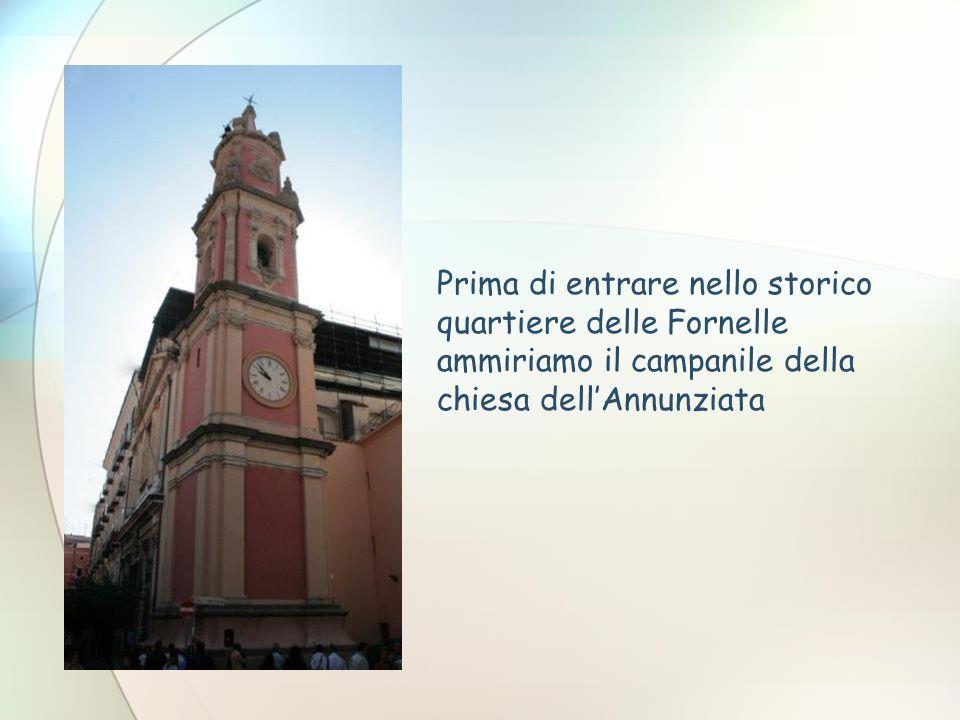 Prima di entrare nello storico quartiere delle Fornelle ammiriamo il campanile della chiesa dell'Annunziata
