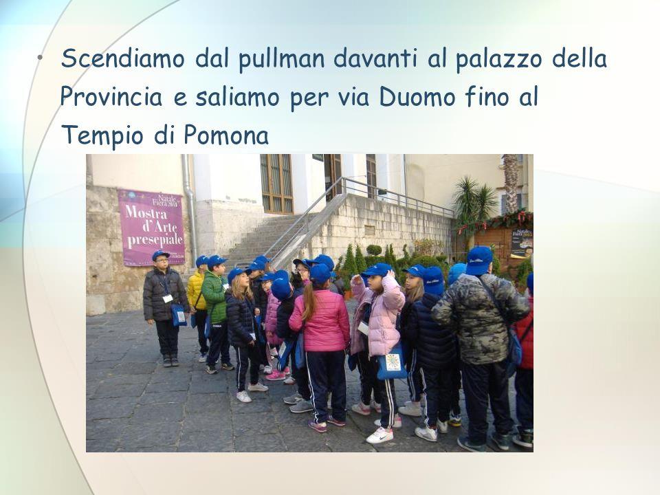 Scendiamo dal pullman davanti al palazzo della Provincia e saliamo per via Duomo fino al Tempio di Pomona