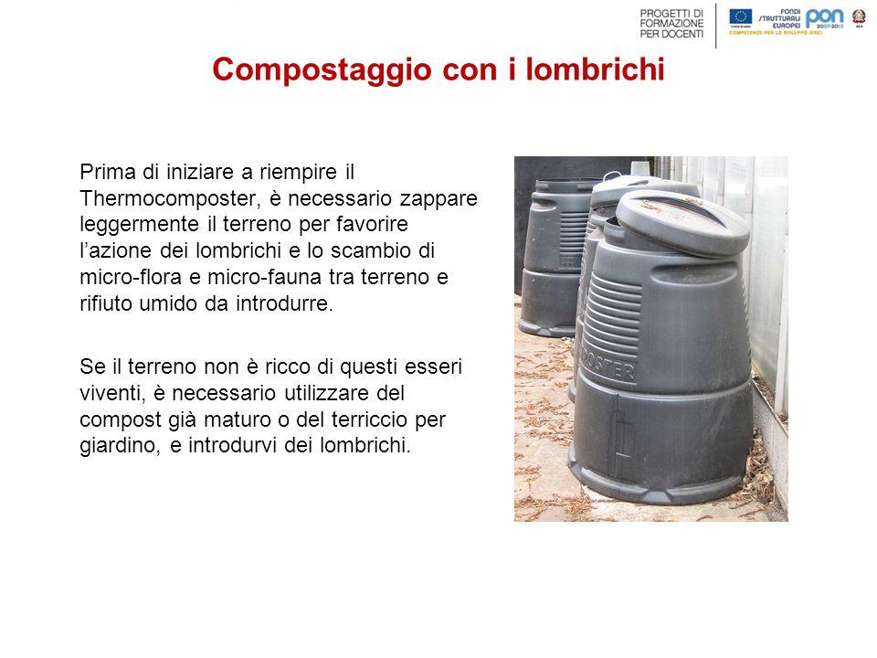 Prima di iniziare a riempire il Thermocomposter, è necessario zappare leggermente il terreno per favorire l'azione dei lombrichi e lo scambio di micro