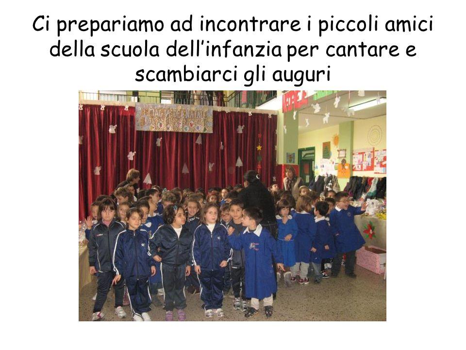 Ci prepariamo ad incontrare i piccoli amici della scuola dell'infanzia per cantare e scambiarci gli auguri