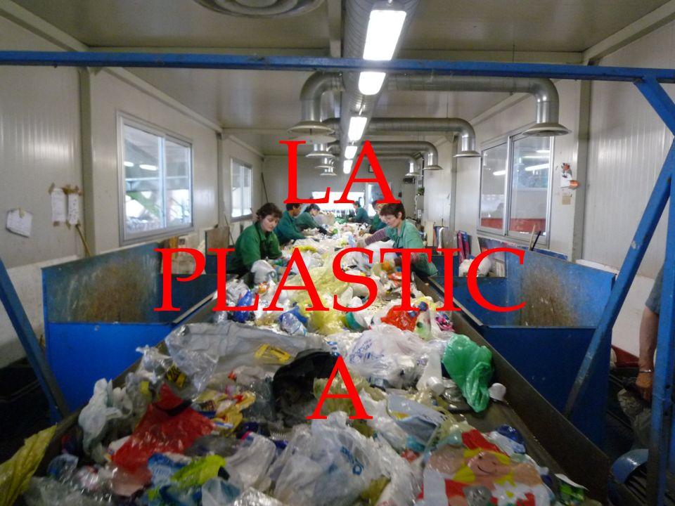 LA PLASTICA La plastica non è biodegradabile ma è riciclabile.