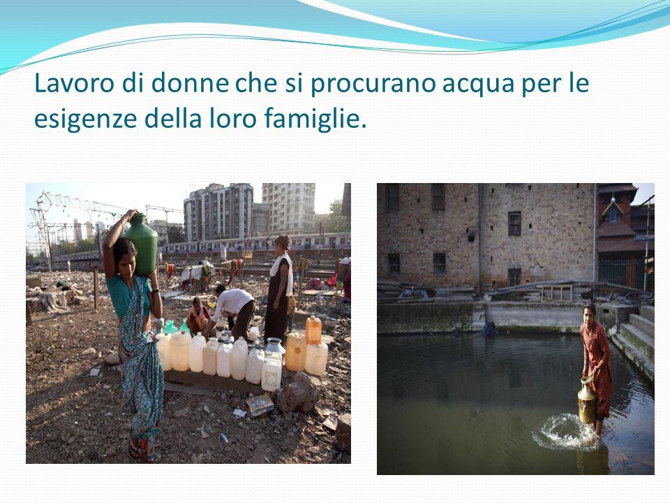 Lavoro di donne che si procurano acqua per le esigenze della loro famiglie.