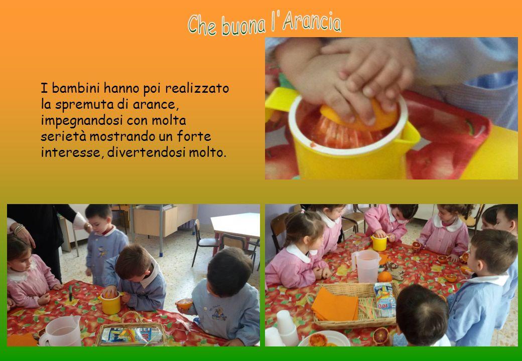 I bambini hanno poi realizzato la spremuta di arance, impegnandosi con molta serietà mostrando un forte interesse, divertendosi molto.