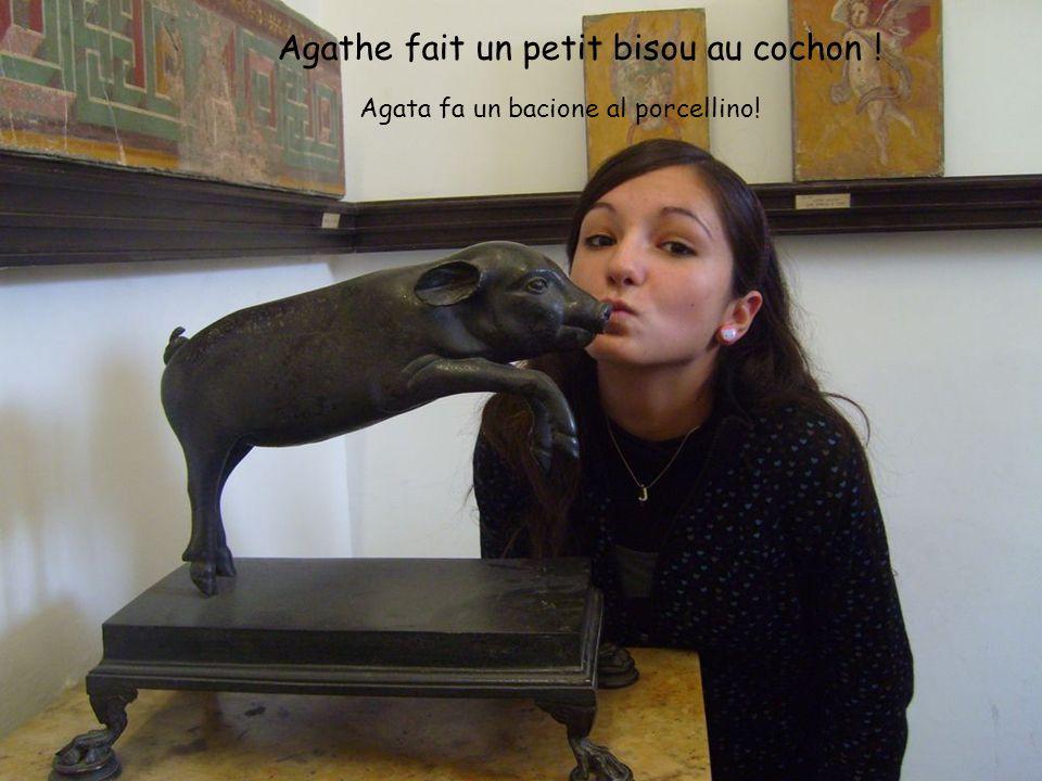 Agathe fait un petit bisou au cochon ! Agata fa un bacione al porcellino!