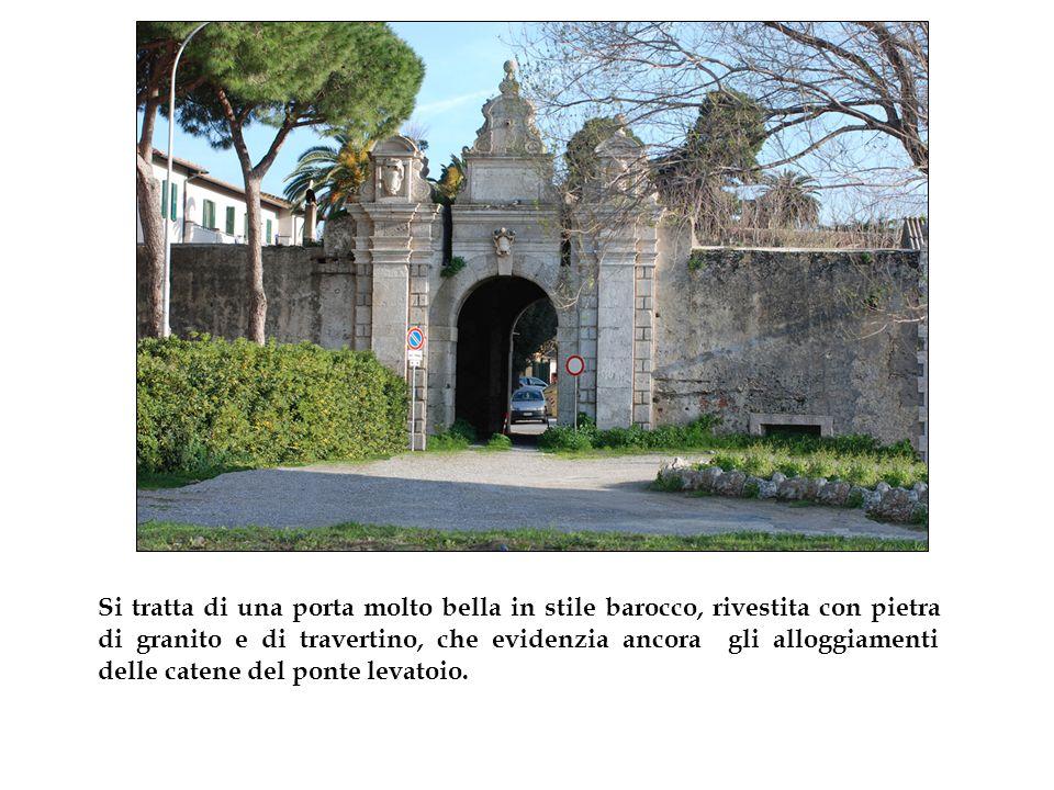 Si tratta di una porta molto bella in stile barocco, rivestita con pietra di granito e di travertino, che evidenzia ancora gli alloggiamenti delle catene del ponte levatoio.